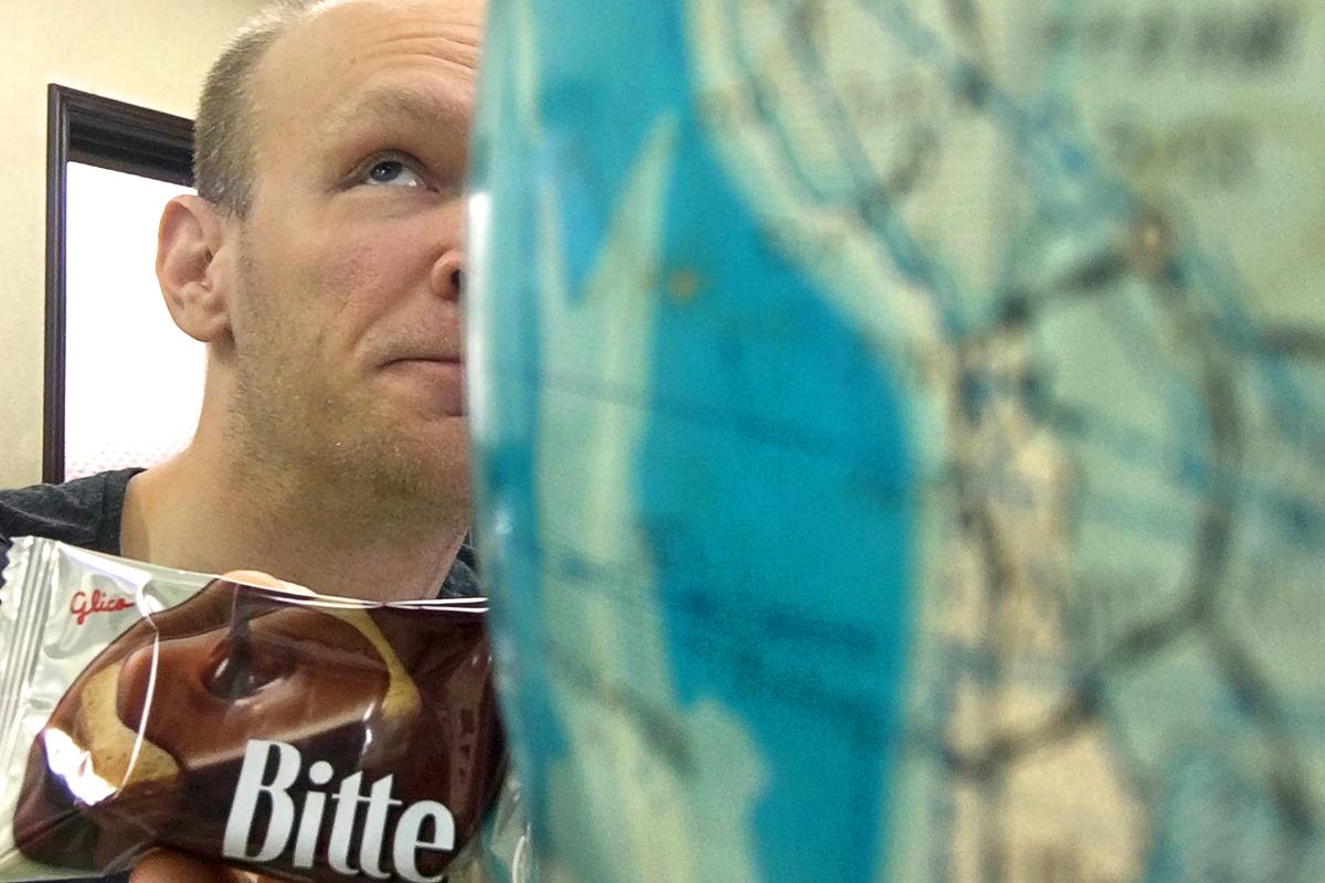 jeremy-behind-globe-eating-bitte-chocolate